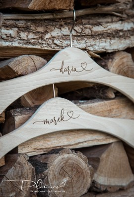 Wieszaki drewniane z imionami