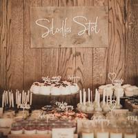 Słodki stół!  Jedna z najmodniejszych atrakcji wesel w tym i kolejnym sezonie! Zadbajmy o ich wyjątkową oprawę, w swojej ofercie posiadamy minitoppery, etykietki z opisami słodkości, toppery z opisem ciast oraz różne tabliczki dekoracyjne.   ________________________________________ #słodkistół #candybar #candybarwedding #slodkistolwesele #wesele #ślub #rustykalnewesele #rustykalnedekoracje #rustykalnyslub #handmade #minitoppers #topper #toppercake #etykiety #miłośćjestsłodka