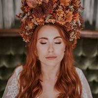 Zdjęcie na okładkę magazynu ślubnego! Koronę z suszonych kwiatów wykonała niesamowita Marysia z @florys_flowerassist ♡  #wesele #wesele2021 #weselewplenerze #ślub #slubneinspiracje #dekoracjeslubne #rystykalnewesele #rustykalnyslub #mążiżona #justmarried #weddingdress #weddingday #weddingmakeup #pannamloda #bride