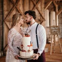 Zakochani!   Piękny tort od @istnecuda! Zachęcam do odwiedzenia jej profilu, znajdziecie mnóstwo pięknych realizacji z tego sezonu!   ________________________________________ #tort #topper #toppercake #toppers #cake #młodapara #justmarried #miłość #najlepsze #najlepszedopieroprzednami #razemnajlepiej #razemmozemywiecej #mążiżona #mąż #żona #handmade #lhandmadewithlove