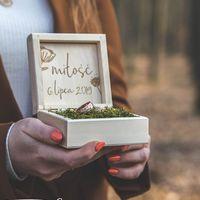 Detale weselne ♡  ________________________________________ #pudełkonaobrączki #obrączki #obrączkiślubne #obraczkislubne #ślub #wesele #detale #handmade #grawer #flowers #rustykalnewesele #rustykalnedekoracje #handmadewithlove #miłość #razemlepiej #perfect ♡
