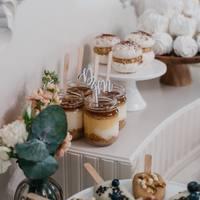 Minitoppery w bieli na wspaniałym słodkim stole od @istnecuda ♡  #minitopper #topper #toppercake #słodkistół #inicjały #wedding #wesele #ślub #slubnaglowie #dekorcjeślubne #dekoracjeslodkiegostolu #zjedzmnie #miłość #love #drewno #rustykalnewesele #rustykalnedekoracje #candybar