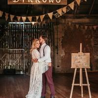 """Szczęśliwi w swoich objęciach!  Jedna z naszych ulubionych tablic """"Najlepsze dopiero przed Nami"""" oczywiście jest możliwość zamówienia tablicy z własnym tekstem.  Zapraszamy www.Planneo.pl   Nasz czerwcowy grafik zamówień zapełnia się, także jeżeli potrzebujecie coś na czerwcowe wesele to nie czekajcie do ostatniej chwili.   #wesele #wesele2021 #ślub #slubnaglowie #bohoslub #bohowedding #bohowesele #rustykalnyslub #rustykalnyklimat #mąż #żona #justmarried #nowożeńcy #bettertogether"""