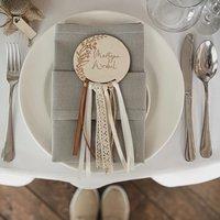 Dzień dobry!  Nasze wyjątkowe winietki z własnego ślubu ♡ Wzór roślinny był motywem przewodnim naszego wesela. Pojawił się również na wieszakach, zaproszeniach, table planie, pudełku na obrączki, księdze gości oraz wielu innych dodatkach ślubnych ♡  Był to dla Nas cudowny i wyjątkowy czas! ♡  ________________________________________ #winietkislubne #winietki #winietkidlagości #winietkiweselne #wesele #ślub #ślubneinspiracje #rustykalnewesele #rustykalnedekoracje #drewno #handmade #handmadewithlove #mążiżona #mąż #żona #miłość ♡