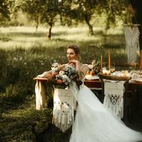 Fotografie które wywołują uśmiech, podziw i zachwyt @magdalenawrobelfotografia !  Sesja która odbyła się w @ceglarnia_ z udziałem @pracownialunula , @istnecuda oraz @slubne_cztery_kolka_ ♡  #ślub #wesele #wesele2021 #miłość #nowożeńcy #justmarried #rystykalnewesele #makrama #sielskiewesele #natura #bohostyle #boho #bohowedding #sad #mążiżona #mąż #żona