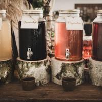 Etykietki na alkohol! Taka mała rzecz a jak cieszy oko!   Na etykietkach można prócz nazwy, umieścić informacje ile % ma alkohol albo kto go dla Was zrobił.   __________________________________ #alkohol #alkoholnawesele #etykiety #ślub #wesele #handmade #mążiżona #mąż #żona #dekoracjeślubne #inspiracjeślubne #slubnedekoracje #drewnanedekoracje