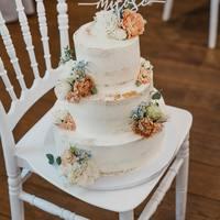 Topper miłość jeden z najpopularnieszych topperów w naszej kolekcji. Macie okazję, zobaczyć go w okazałej bieli. Piękny akcent na wspaniałym torcie @istnecuda !   #cake #tooper #toppercake #topperwedding #topperweddingcake #wedding #wesele #ślub #mążiżona #justmarried #nowożeńcy #miłość #miloscjestslodka #miłośćjestpiękna #love #handmade #wood #rustykalnewesele #rustykalnedodatki #rustykalnedodatkislubne