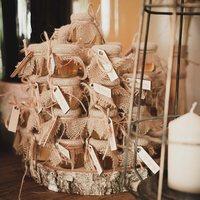 Etykiety na miodki i inne podziękowania dla gości ♡  Detale które tworzą ten dzień jeszcze bardziej wyjątkowy ♡  ________________________________________ #etykiety #wesele #wesele2020 #ślub #ślubneinspiracje #weddingday #bride #groom #miłość #wood #detale #handmade #handmadewithlove #rustykalnewesele #rustykalnyslub #rustykalnedekoracje