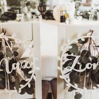Mąż ♡ Żona Białe obręcze, które sprawdzą się do każdego stylu wesela.  Uwielbiamy detale! ♡  #ślub #slub #wesele #weselezklasa #wloskiewesele #dekoracjedrewniane #dekoracjezdrewna #dekoracjezdrewnanaślub #mążiżona #justmarried #nowożeńcy #miłość #love #loveisintheair ♡