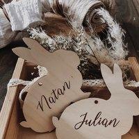Zające z imionami.  Można je zawiesić na gałązkach, w pokoju dziecka jak również maga posłużyć jako winietki na Wielkanocny stół 🐰  ________________________________________ #wielkanocnedekoracje #wielkanocneinspiracje #wielkanocnystół #dekorcjezdrewna #drewno #grawer #zające #zającewielkanocne #happyeaster #imionadzieci #dziecko #jajka #jajkawielkanocne #swietawielkanocne 🐰